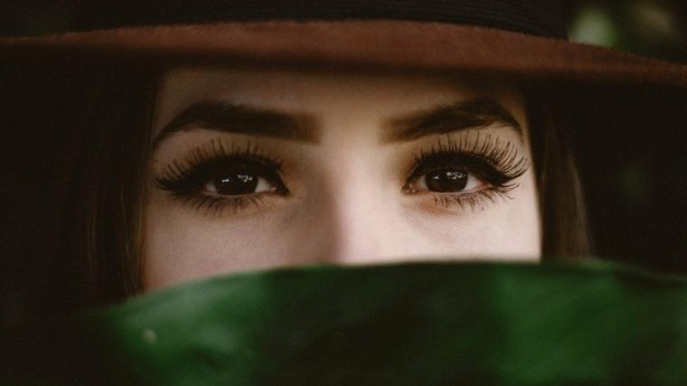 trucco leggero occhi marroni make up con eyeliner nero cappello con visiera