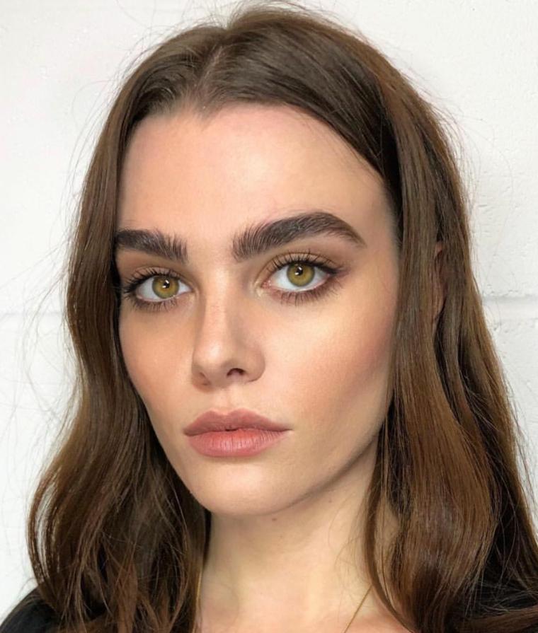 trucco leggero occhi marroni ombretto colore nude donna con capelli castani mossi