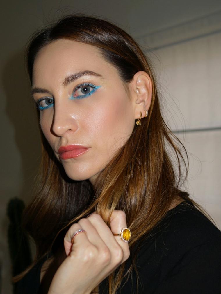 trucco leggero occhi marroni ragazza con ombretto di colore azzurro capelli castani lisci