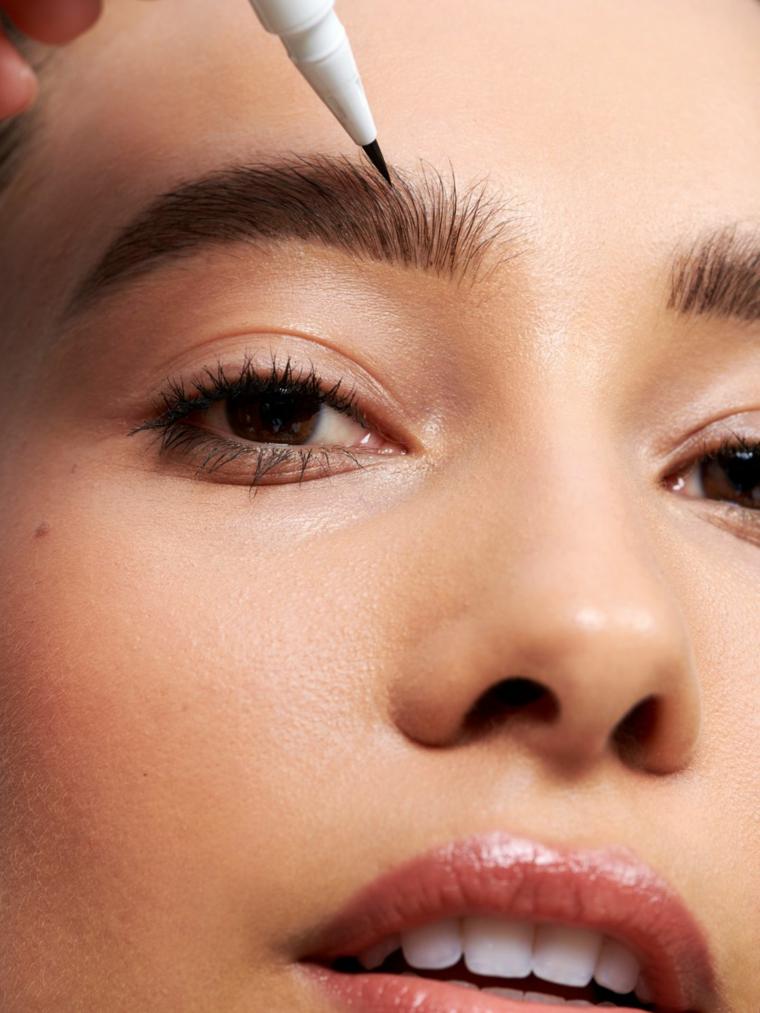 trucco occhi marroni semplice matita per le sopracciglia labbra con rossetto lucido