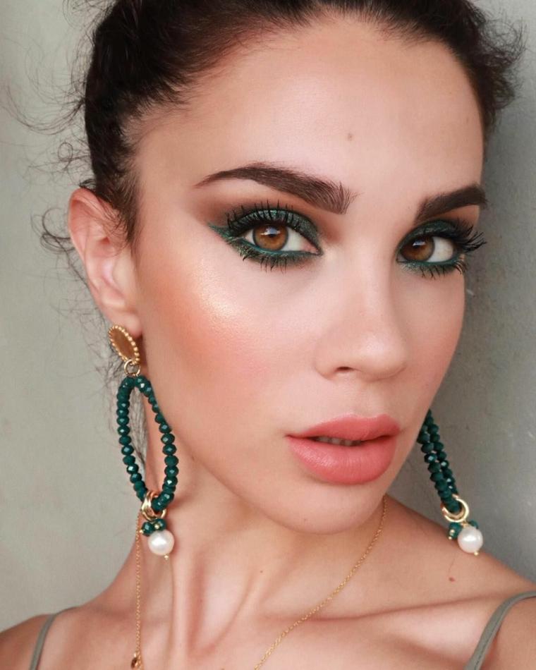 tutorial trucco occhi marroni da giorno donna con ombretto verde make up con eyeliner nero