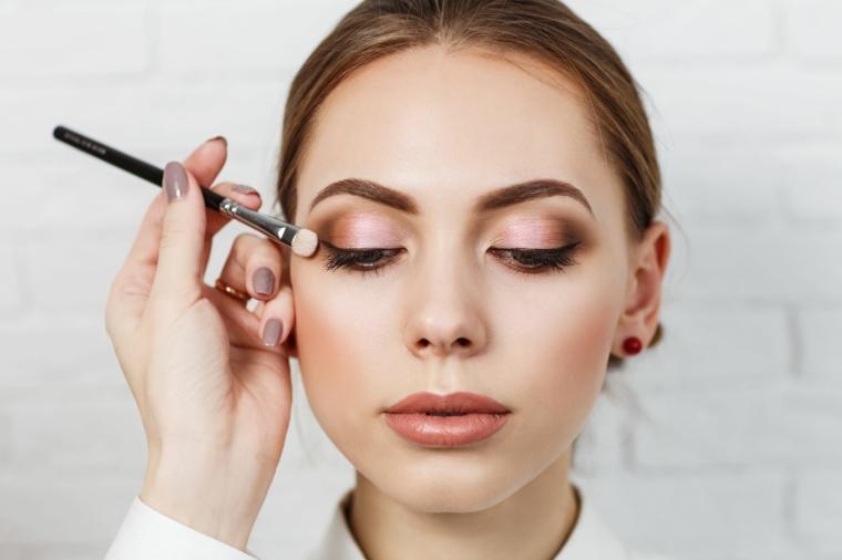 tutorial trucco occhi marroni da giorno ombretto sfumato con pennello donna con capelli raccolti