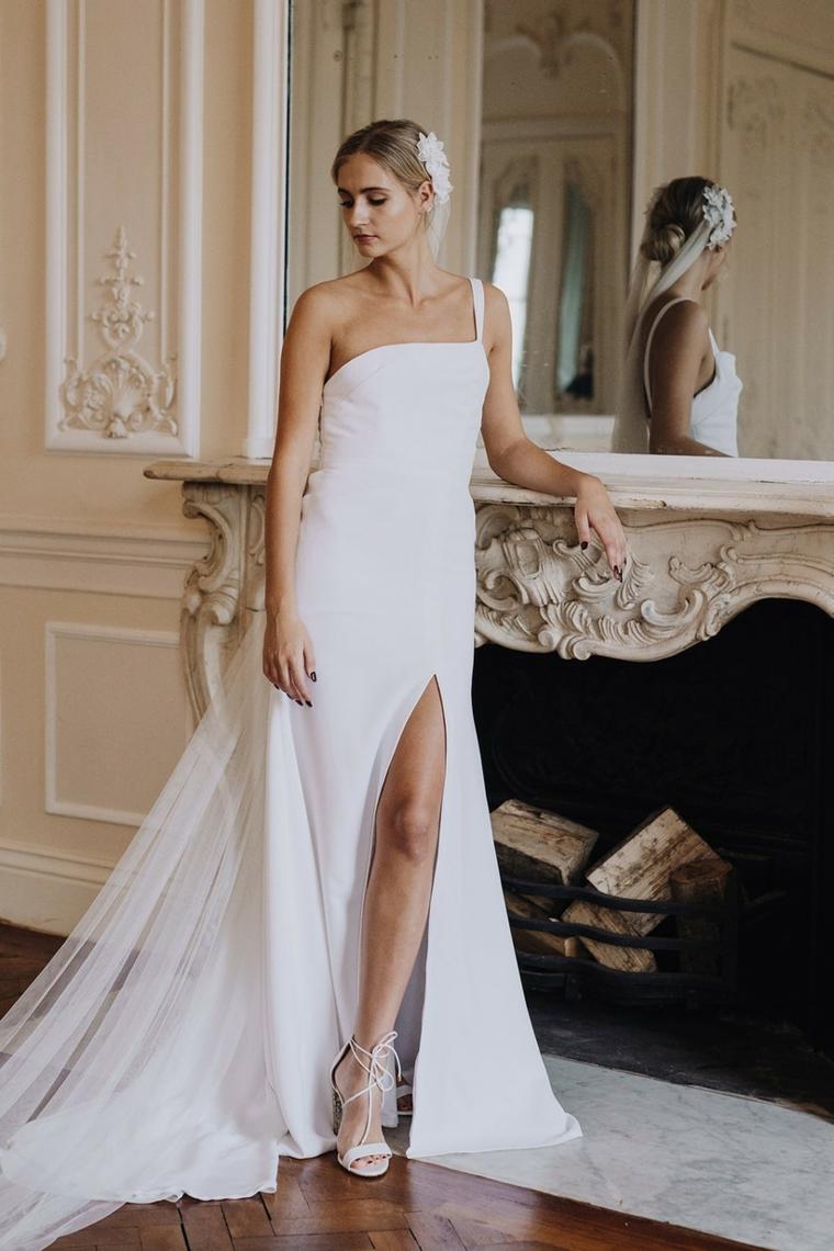 abito da sposa semplice con spacco laterale donna con capelli biondi raccolti