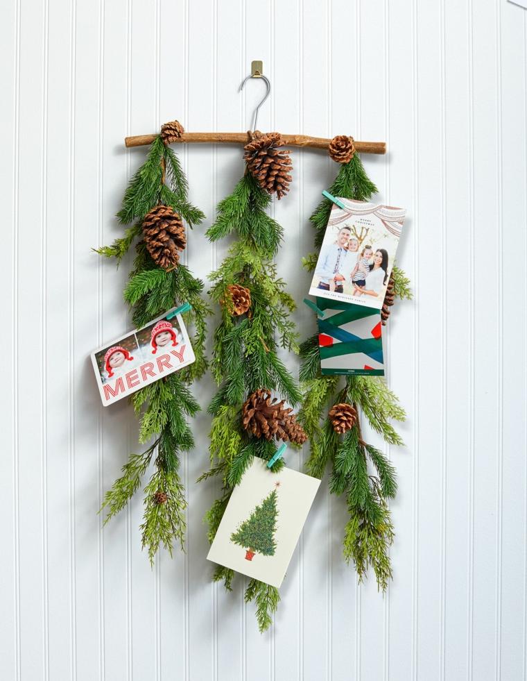 addobbi albero di natale 2020 rametto con pigne decorazione con cartoline natalizie