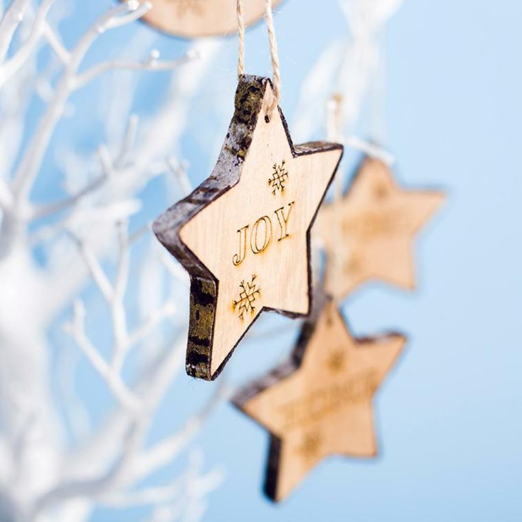 addobbi albero di natale 2020 tendenze stella di legno con incisione in inglese
