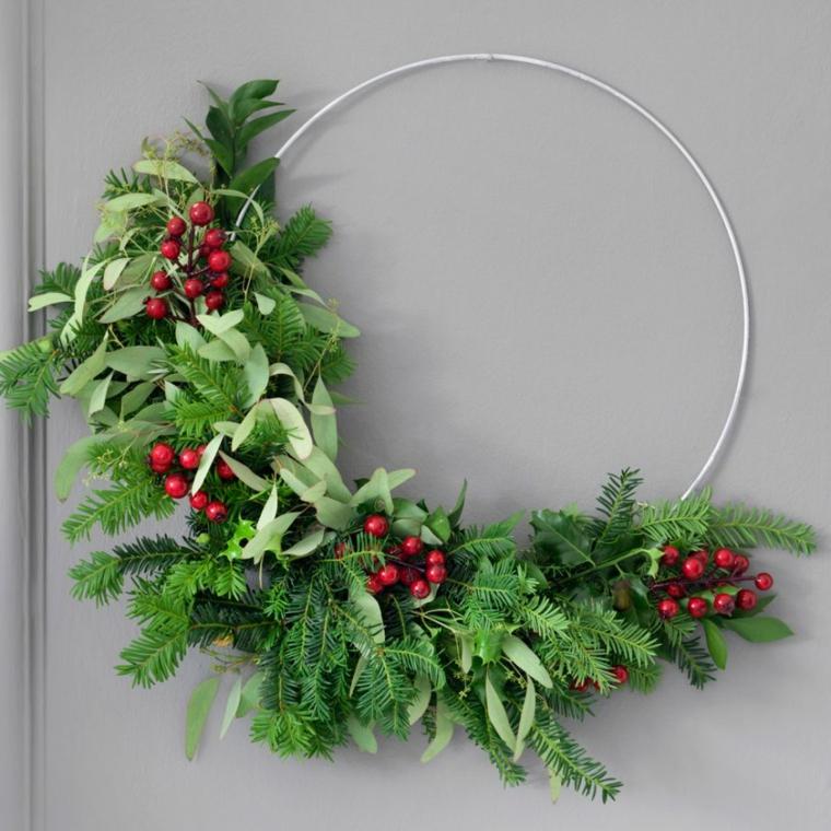 addobbi natalizi fai da te 2020 anello di metallo con rametti verdi e bacche rosse