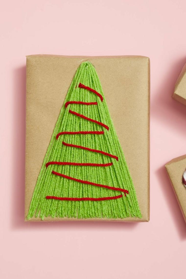 albero di natale addobbato 2020 incartare regalo con carta e lana verde