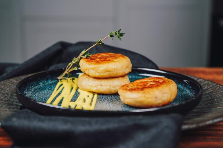 antipasto bocconcini di patate ripiene con mozzarella e pomodori secchi