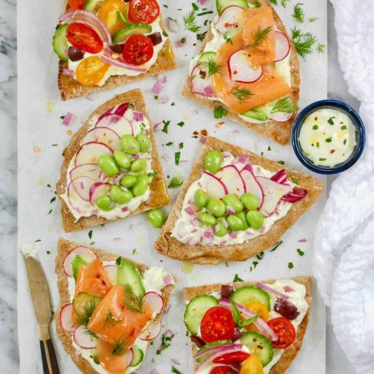 apericena con pizzette vegetariane fette di pizza con formaggio spalmabile e verdure