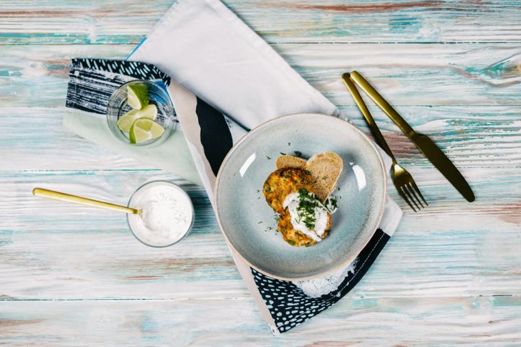 aperitivo con polpette di salmone guarnire piatto con salsa tzatziki