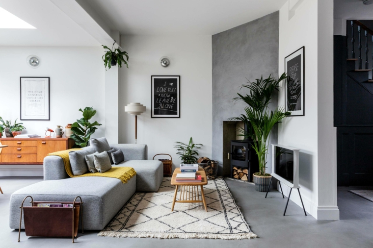arredamento stile nordico salotto con divano grigio soggiorno con camino a legna