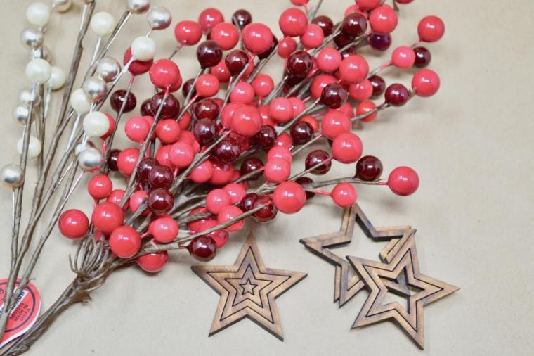 bacche rosse finte stelle di legno come addobbare l albero di natale 2020