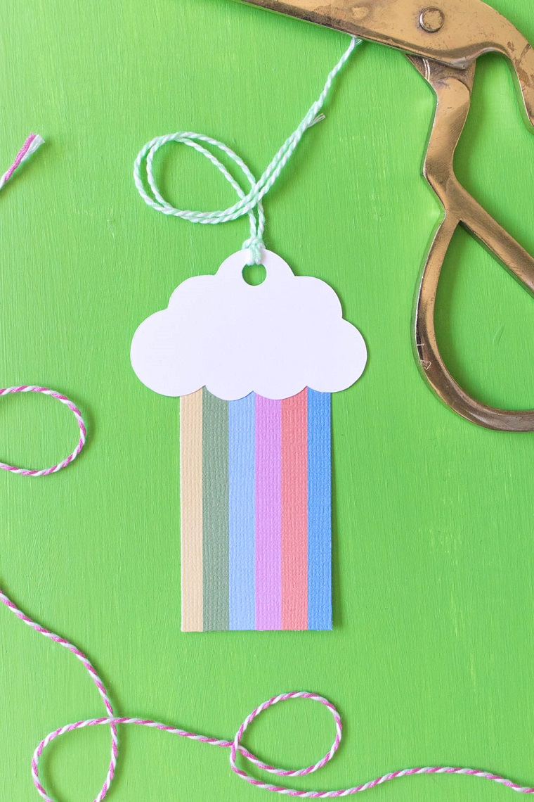 biglietti auguri fai da te veloci cartoncino arcobaleno e nuvola fissata con spago