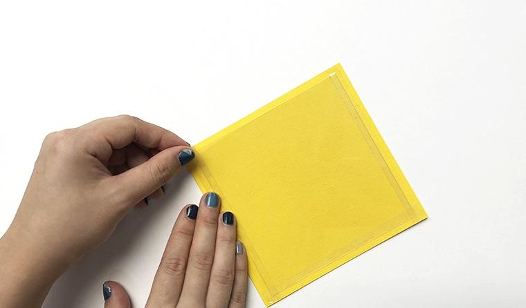 biglietti di compleanno fai da te originali incollare pellicola trasparente su cartoncino giallo