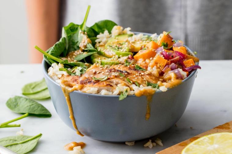bowls minestra con verdure cosa mangiare oggi a pranzo foglie di spinaci