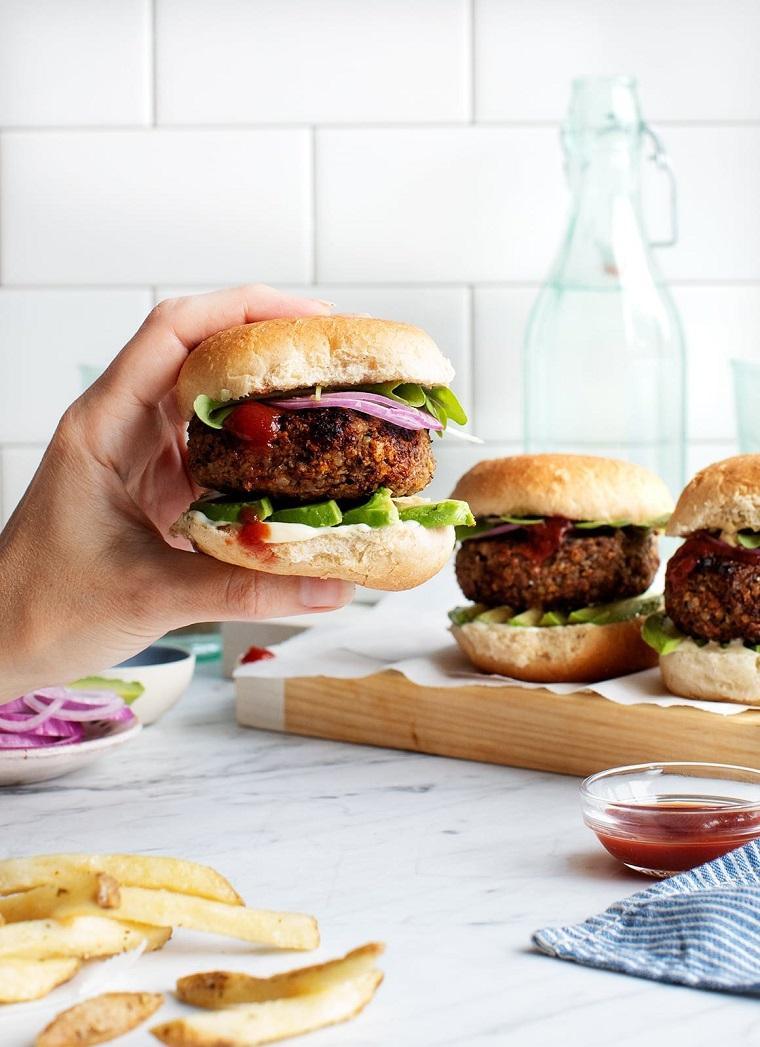 burger vegetariano ricette facili e veloci ciotola con salsa di pomodoro