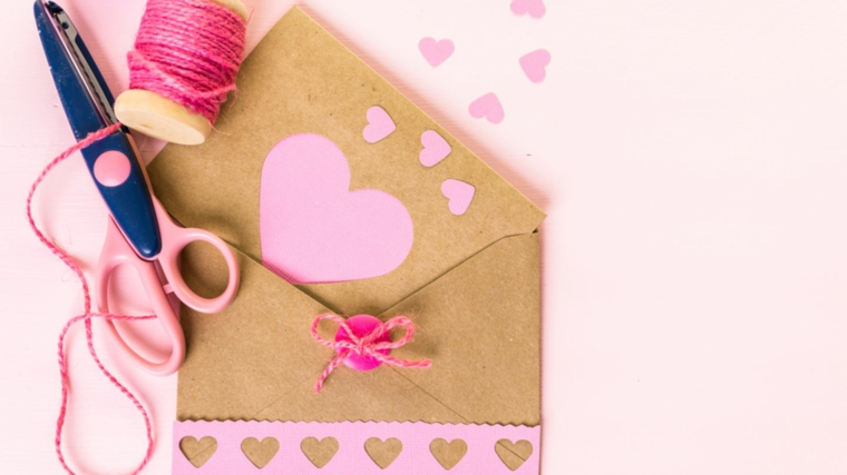 busta di carta per cartolina compleanno cuore di carta incollato sul bigliettino