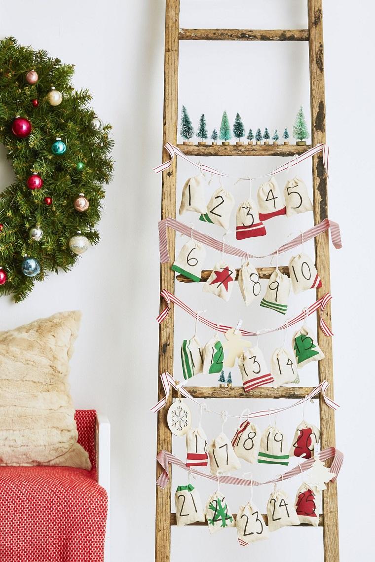 calendario dell avvento scala di legno con bustine attaccate decorazioni di natale handmade
