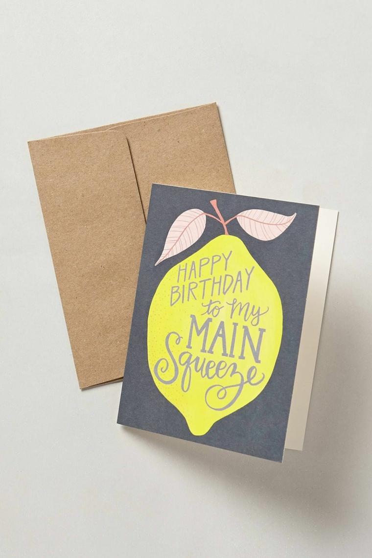 cartolina di compleanno con disegno limone e scritta busta biglietto marrone