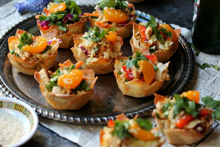 cestini di pasta filo al pollo e verdure piatto con stuzzichini per aperitivo