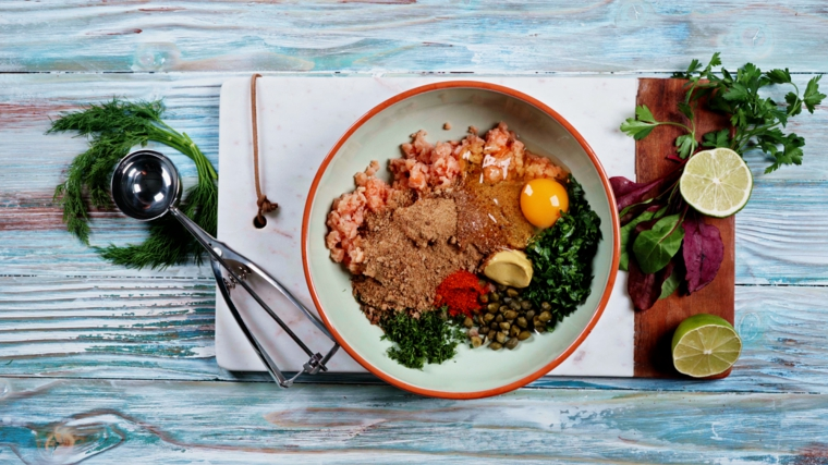 ciotola con ingredienti per polpette di salmone aperitivo a base di pesce