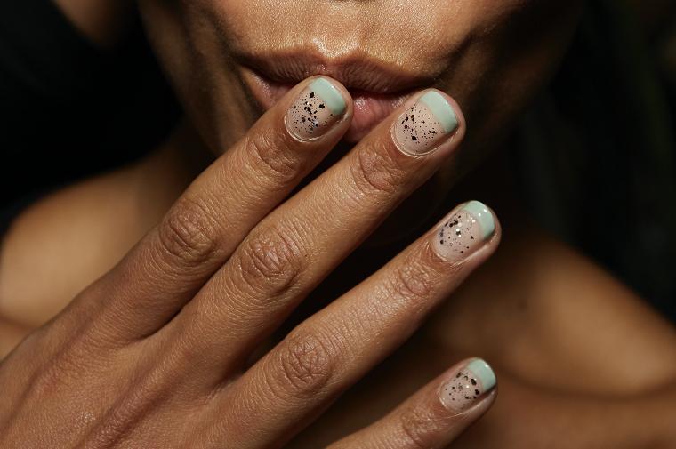 colore invernale unghie corte french manicure verde chiaro glitter argento