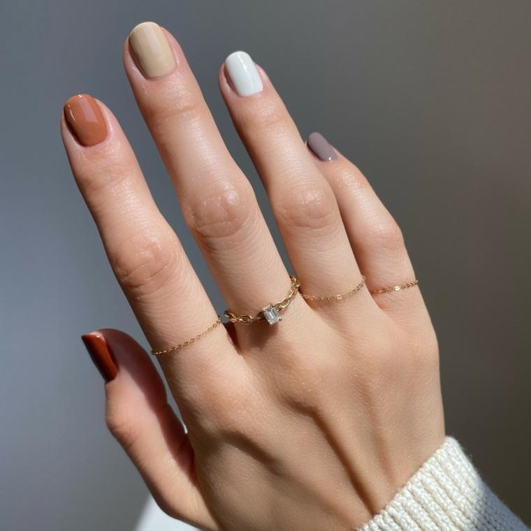 colori smalto inverno 2020 unghie a mandorla colori marrone e grigio anello con diamante
