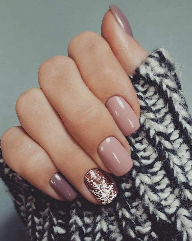 colori unghie inverno 2020 manicure con smalto beige lucido accent nail disegno natalizio