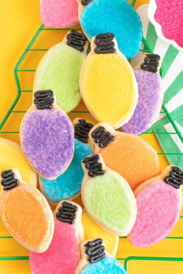 come addobbare la casa per natale 2020 biscotti forma lampadina decorati con zucchero colorato