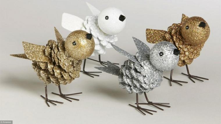 come decorare la casa per natale 2020 uccellini con pigne dipinte in glitter oro e argento