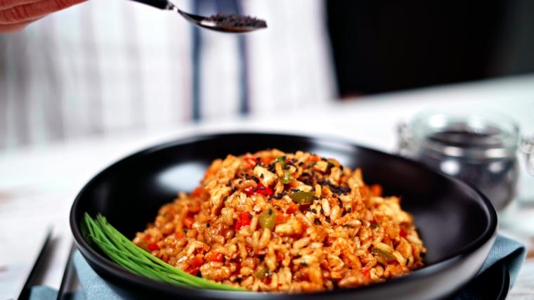 condire primo piatto vegetariano con semi di sesamo nero riso fritto cinese