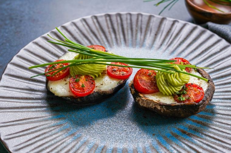 cosa mangiare oggi a pranzo funghi ripienti con pomodorini e spezie