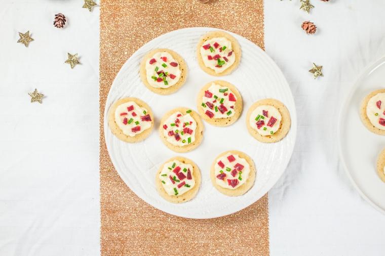 crostini con formaggio spalmabile e pezzettini di bresaola stuzzichini per aperitivo