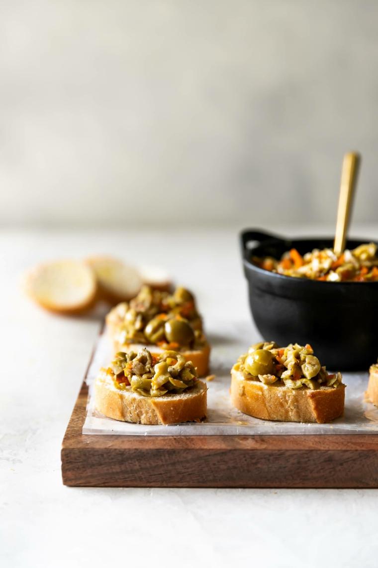 crostini di pane con olive stuzzichini per aperitivo economici fette di baguette