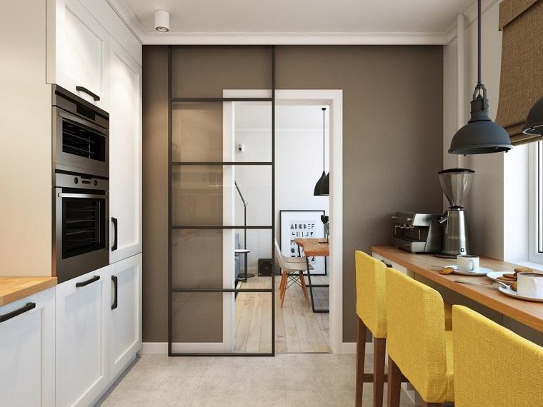 cucina piccola stile scandinavo mobili in legno di colore bianco sgabelli alti gialli