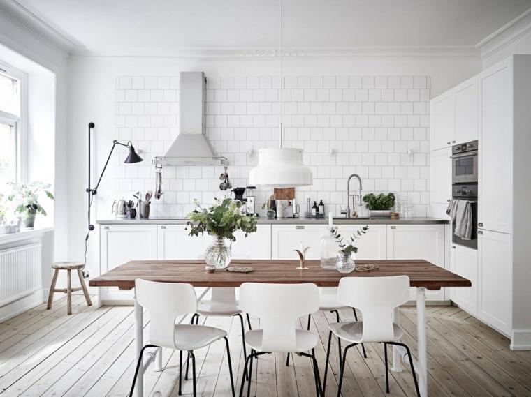 cucina stile nordico tavolo da pranzo rettangolare di legno paraschizzi in piastrelle bianche