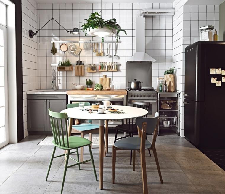 cucine stile nordico moderno tavolo da pranzo rotondo con sedie parete cucina con piastrelle bianche