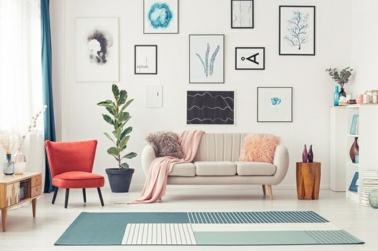 decorazione parete bianca con quadri salotto stile scandinavo pavimento con tappeto colorato