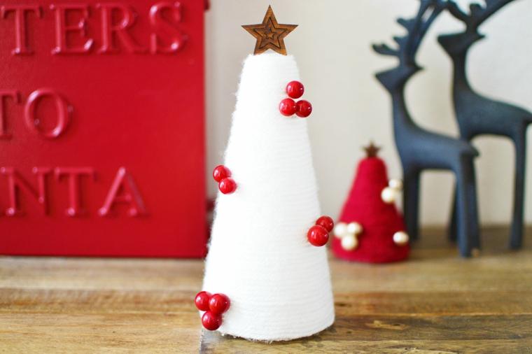 decorazioni natalizie fai da te 2020 alberelli con cono rivestito di lana bianca decorato bacche