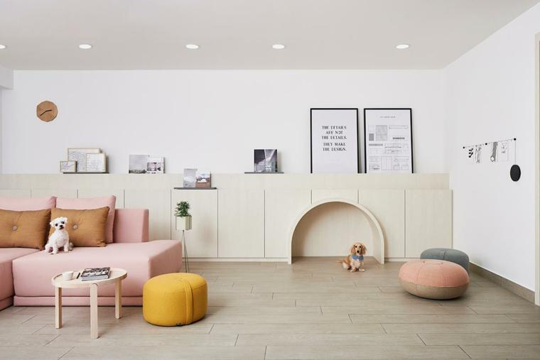 decorazioni stile nordico soffitto con faretti divano rosa con cuscini pavimento legno parquet