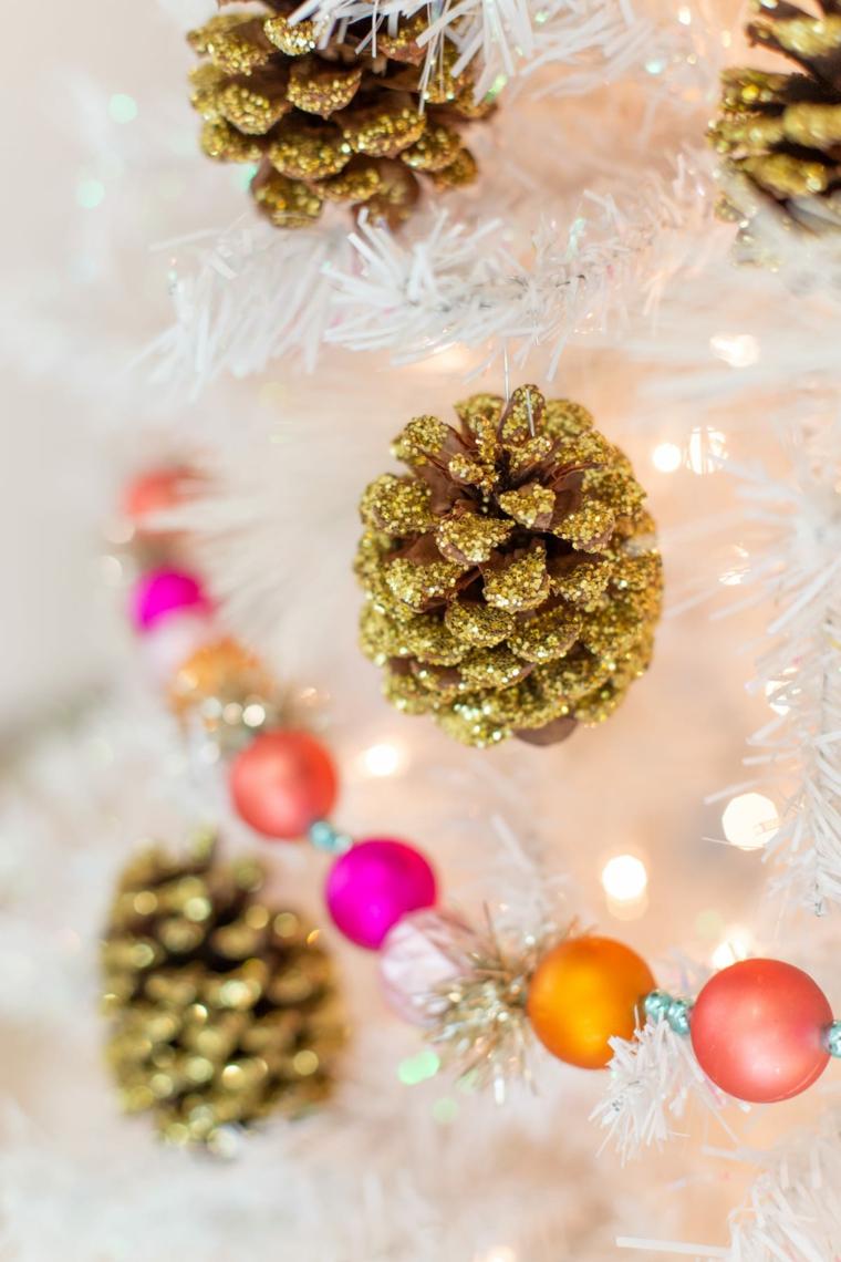 decori natalizi fai da te pigne dipinte con glitter oro ghirlanda natalizia con palline