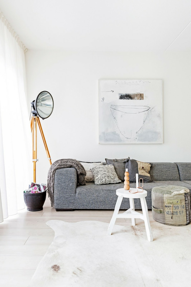 design scandinavo low cost divano grigio tavolino bianco decorazione parete bianca con quadro