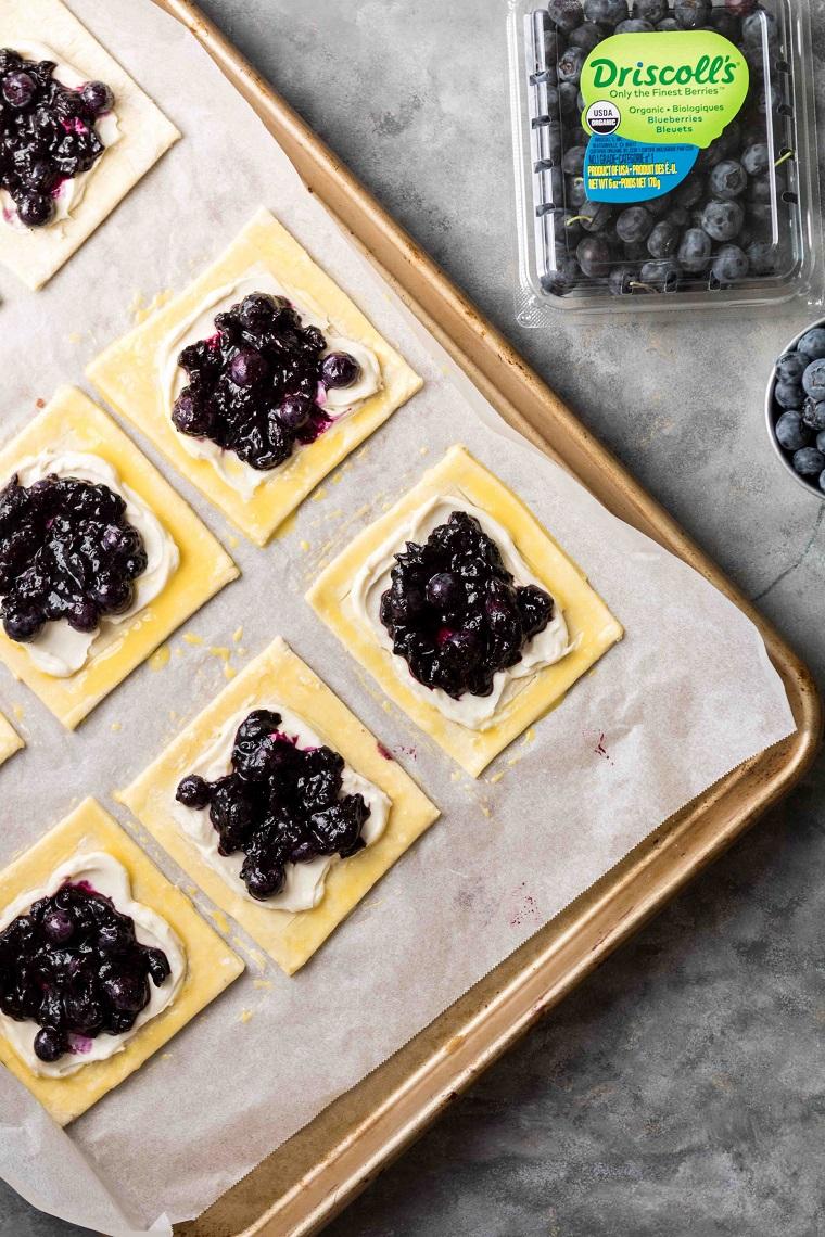 dischi di pasta sfoglia con formaggio spalmabile e marmellata mirtilli idee aperitivo fingerfood