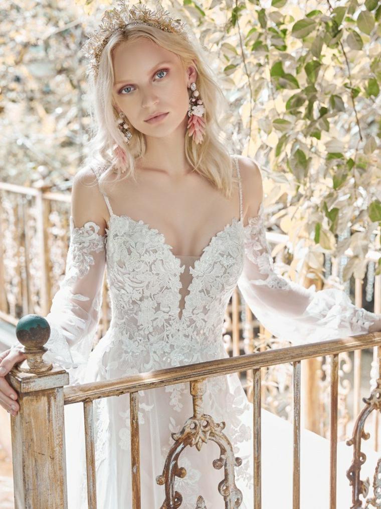 donna con capelli biondi ricci abito da sposa bianco in pizzo modelli 2021 abiti da sposa