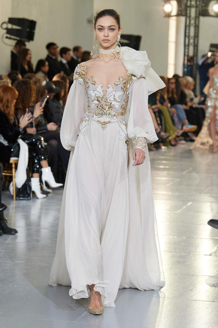 donna in passerella con vestito da matrimonio abiti da sposa colorati 2021