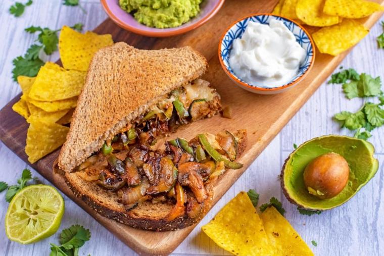 fajita sandwich con funghi arrostiti e formaggio panini tostati per pranzo