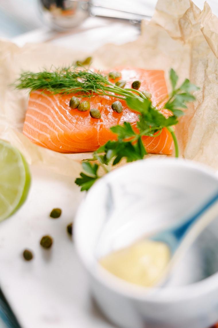 filetto di salmone con capperi e aneto fresco aperitivo con polpette di pesce