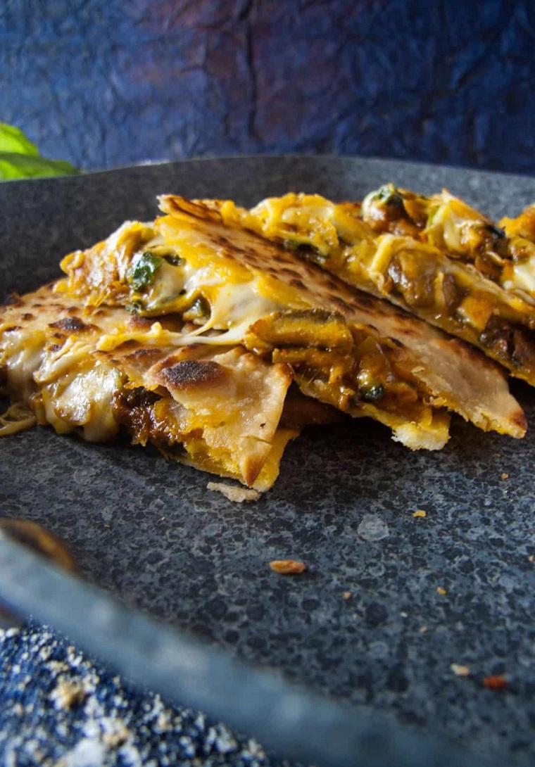 finger food veloci quesadilla con funghi e formaggio panini tagliati a triangoli