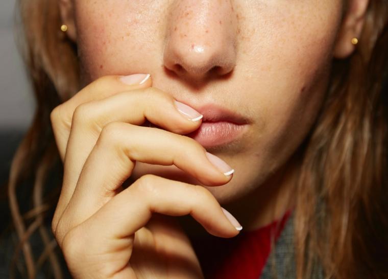 french manicure classica unghie autunno inverno 2020 2021 donna con capelli castani