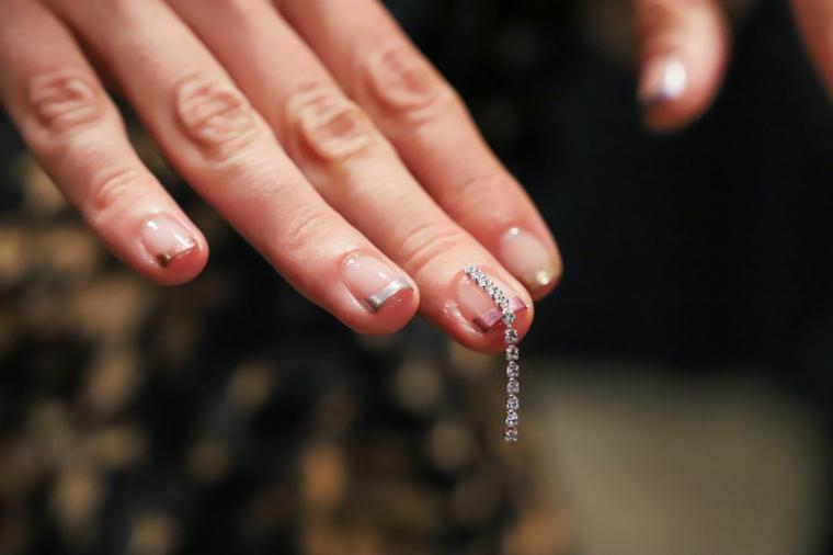 french manicure colore oro unghie invernali decorazione con brillantini incollati